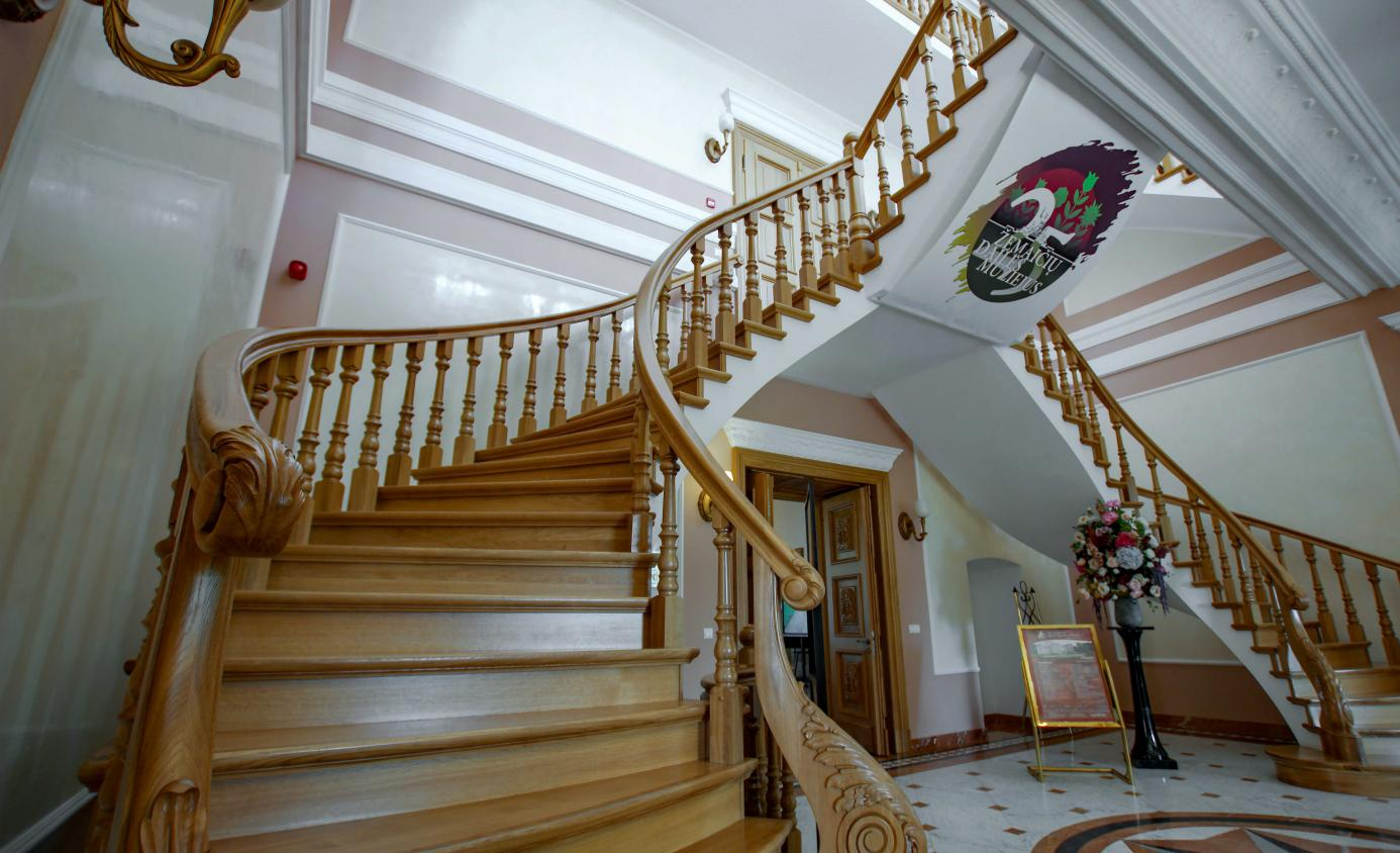 The echo of old musical traditions in the halls of today's castles and manors